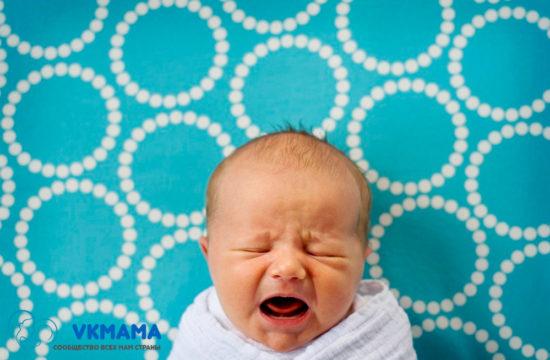 Крик ребенка довольно частое явление. С одной стороны, крик способствует разрабатыванию легких малыша, но не всегда он может быть полезен. Не страшно, если ребенок раскричится на улице в жаркое время года, но в холодную пору такой крик может привести к серьезным заболеваниям и не нужным волнениям. Поэтому выяснить и ликвидировать причину крика ребенка нужно в любом случае. Причины детского крика. Ребенок не может просто так от нечего делать кричать. Крик может спровоцировать: - чувство голода. Когда ребенок голоден, он будет кричать. Если ребенок не покормлен и не кричит – это сигнал родителям, что с ним что-то не так; - ребенок хочет пить. Особенно в жаркое время года ребенок хочет пить. Именно по этой причине рекомендуется приобрести специальный поильник с насадкой (соска), чтобы поить малыша по его требованию; - не забываем менять памперс. Причиной детского крика может стать дискомфорт, если ребенок лежит в мокром памперсе. Не забывайте соблюдать интервал замены; - хочет спать. Если ребенок хочет спать, он может кричать. Есть дети, которые пока не накричаться, не уснут; - манипуляции и истерики. Это важная составляющая современной жизни. Каждый ребенок, вне зависимости от возраста – отличный манипулятор. Неважно, он хочет чтобы вы ему что-то купили, или же проситься на ручки – он будет настойчив в своих требованиях. Прежде чем успокаивать ребенка, нужно выяснить причину его крика. Если большому малышу можно объяснить что-то и он поймет, то это нельзя сделать с маленькими. Важно, успокоиться самому, после успокоиться и ребенок. Определить, почему малыш заходиться от крика можно только с опытом, доверяем интуиции и предпринимаем попытки, узнать, что сало причиной детской истерики. Пробуем накормить, проверяем памперс, даем пить, даем игрушку, если это не помогает, продолжаем узнавать причину: может ребенку жарко, тогда нужно отойти в тенек или же натянуть козырек коляски (если малыш раскричался на прогулке), а может - ребенок жарко одет. В этом случае, нужно немног